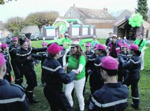 Avec les jeunes sapeurs pompiers du Val d'Ecole sur la place du village de Dannemois.