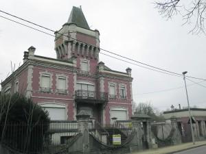 L'ancienne colonie de vacances est située juste en face de la gare de Maisse.