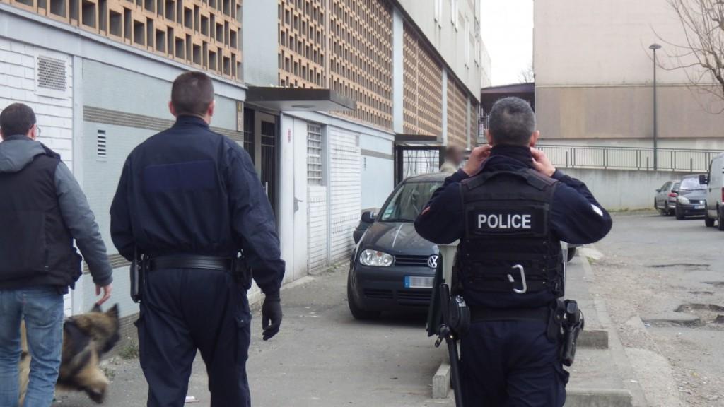 Les policiers interviennent toujours à une vingtaine d'agents afin d'être bien visibles des guetteurs et dealers, ici, à la Grande Borne