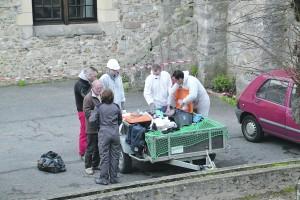 Les techniciens spécialisés au pied de l'église.