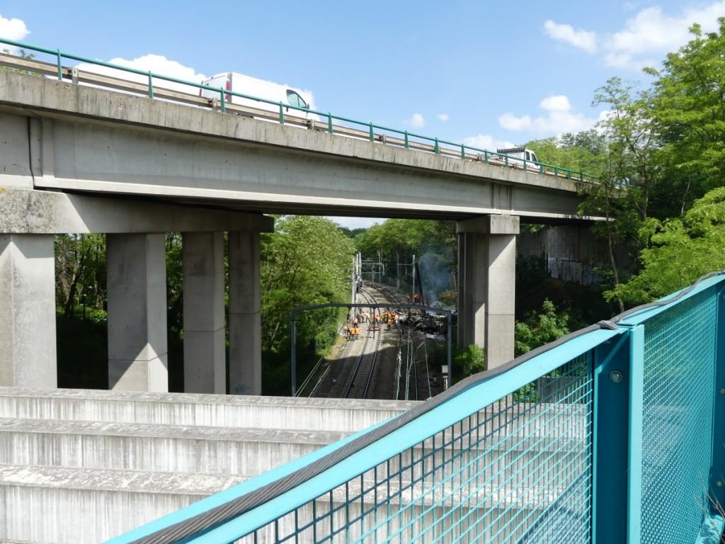 Le camion est tombé depuis le pont de l'A126. ©S.N.