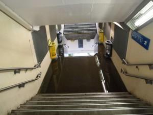 Sans botte, impossible de traverser à la gare de Viry-Chatillon.