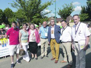 Le maire Bernard Sprotti entouré des élus et des organisateurs de la course.