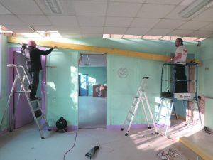 Les services techniques transforment l'ancien centre de loisirs pour les associations.