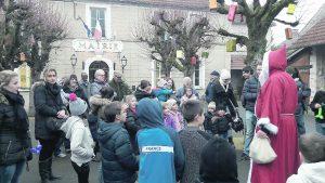 A la fin du spectacle, le Père Noël a été joyeusement accueilli par les enfants du village.