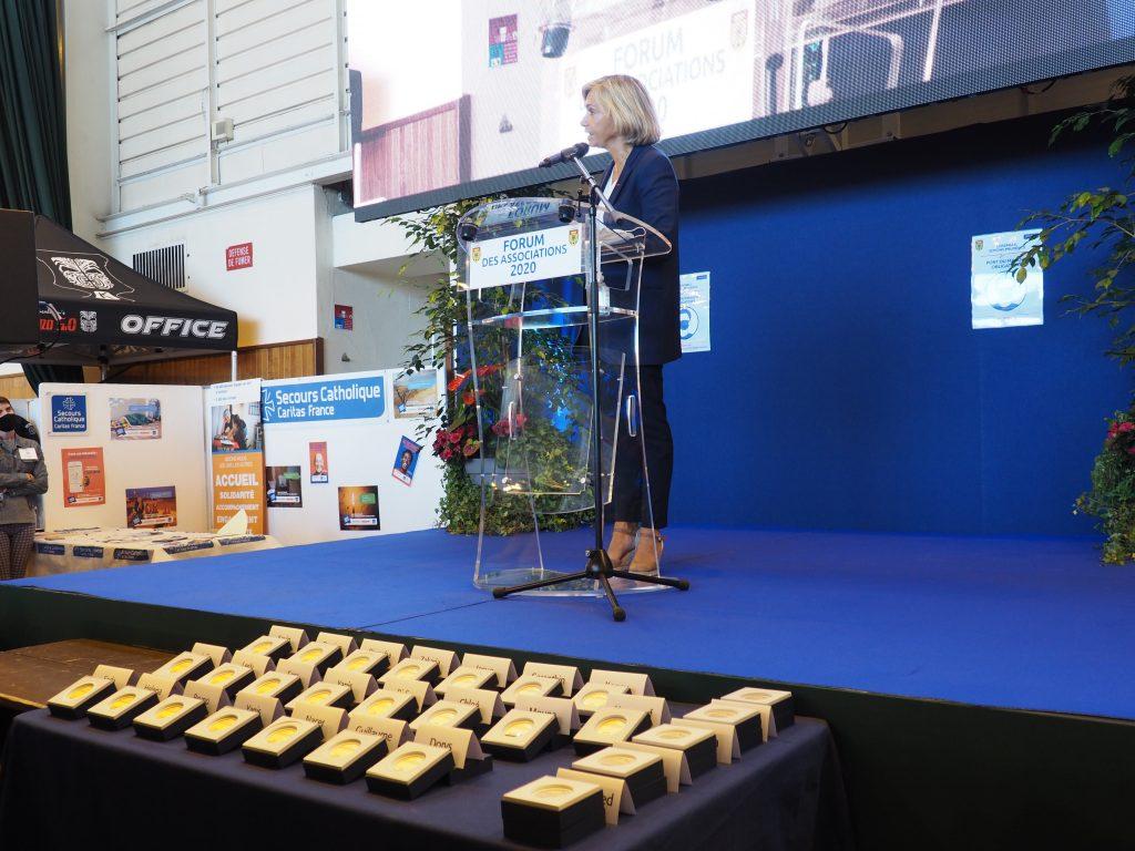 Vélarie Pécresse remise médailles permis citoyen forum des associations 2020 Etampes